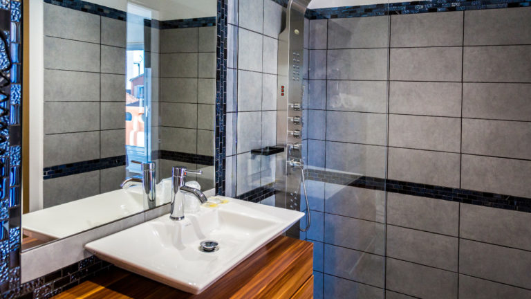 Chambre double supérieure avec douche et lavabo