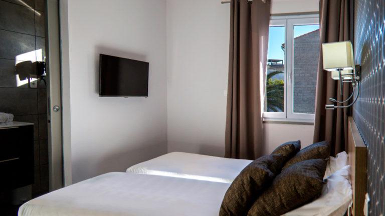 Chambre pour deux personnes avec deux lits simples